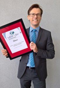 Clemens Jager mit Urkunde