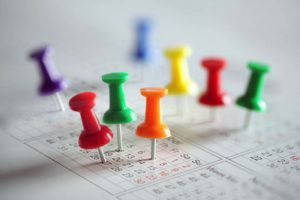 Bunte Pins im Kalender