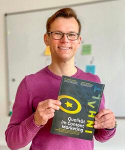 Clemens Jager hält das neue INHALT-Magazin 2021 in den Händen.